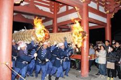 津島神社開扉祭の大松明行事